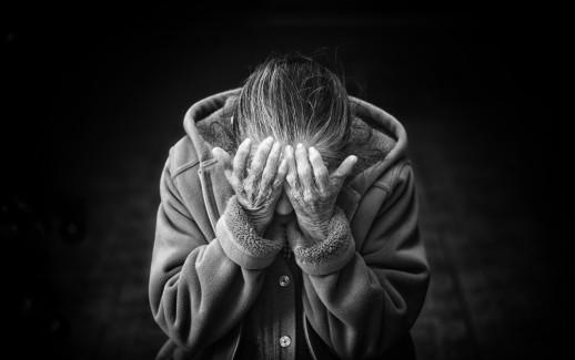 vieille femme triste se cache le visage