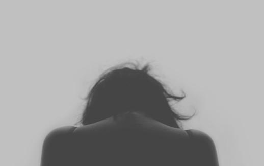 photo noir et blanc femme vu de dos