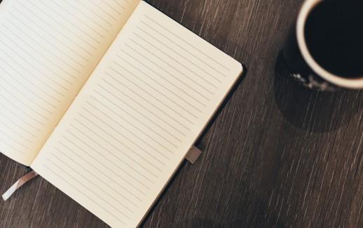 carnet ouvert sur bureau, tasse de café